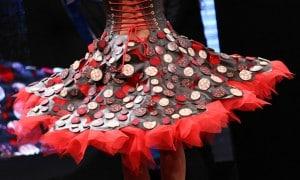 El 'Salon du Chocolat' de París realiza un tradicional desfile de vestidos elaborados con chocolate.